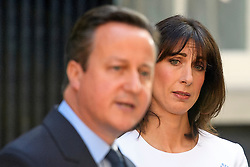 © Licensed to London News Pictures. 24/06/2016. London, UK. SAMANTHA CAMERON looks at her husband, British prime minister DAVID CAMERON with a sad face as he delivers a resignation speech on the day that the UK voted to leave the EU in a referendum. Photo credit: Ben Cawthra/LNP