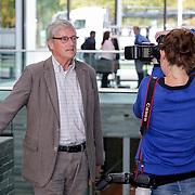 NLD/Hilversum/20121003- Boekpresentatie De Iconen van het NOS Achtuurjournaal, Herman Siezen word gefotografeerd