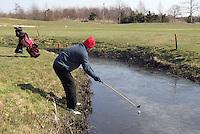 Winters Golf: Bal speelbaar op het ijs van de Efteling. COPYRIGHT Koen Suyk
