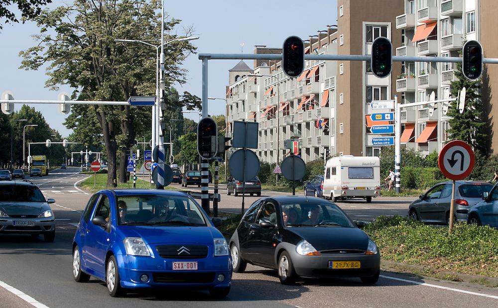 Nederland, Maastricht, 17 aug 2009.De A2 door Maastricht. A2  snelweg door Maastricht, waar het geen snelweg is en dus veel opstopping veroorzaakt. Er wordt al jaren gezocht naar een oplossing voor dit probleem.  Vlak naast deze drukke weg staan woonflats...Foto (c) Michiel Wijnbergh