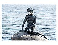 Mens hele verden slås om at skaffe nok mundbind, har en betænksom person doneret sit til Den lille Havfrue på Langelinie i København, så hun er beskyttet mod Corona-virus.