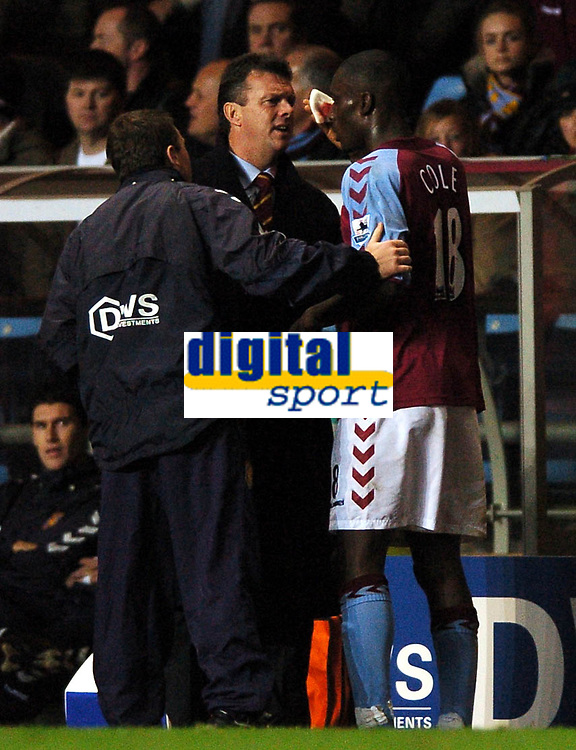 Fotball<br /> Premier League England 2004/2005<br /> Foto: BPI/Digitalsport<br /> NORWAY ONLY<br /> <br /> 22.11.2004<br /> <br /> Aston Villa v Tottenham Hotspur<br /> FA Barclays Premiership, Villa Park<br /> <br /> David O'Leary turns physio as he inspects Carlton Cole head injury before deciding he is well enough to carry on playing rather than receive treatment in the dressing room