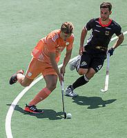 AMSTELVEEN - Jorrit Croon (Ned) met Lukas Windfeder (Dui)  EK hockey, finale Nederland-Duitsland 2-2. mannen.  Nederland wint de shoot outs en is Europees Kampioen.  COPYRIGHT KOEN SUYK