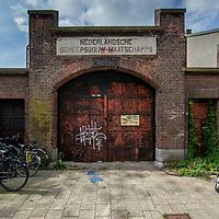 Nederland, Amsterdam, 7 augustus 2017.<br /> Oostenburg is een van de drie Oostelijke Eilanden in Amsterdam, die in de tweede helft van de 17e eeuw in het IJ werden aangeplempt. Het ligt tussen het eiland Wittenburg en de Czaar Peterbuurt. De naam van het eiland wordt verklaard door de meest oostelijke ligging ten opzichte van Kattenburg en Wittenburg.<br /> <br /> Het gebied bestaat uit twee delen: het eigenlijke Oostenburg, ook wel Oostenburg-Zuid genoemd, en het Oostenburgereiland. Deze twee voormalige eilanden, beide na demping van delen van de Oostenburgervaart verbonden aan de Czaar Peterbuurt, worden van elkaar gescheiden door de Oostenburger Dwarsvaart en zijn verbonden door een smalle ophaalbrug, bekend als de Werkspoorbrug of Storkbrug.<br /> <br /> Op het Oostenburgereiland op het voormalige terrein van Werkspoor bevinden zich de Theater Fabriek Amsterdam, de Hallen van Stork en INIT-gebouw, een bedrijfsverzamelgebouw waar onder andere de redacties van de dagbladen Het Parool, Trouw en de Volkskrant zijn gevestigd. De woningcorporatie Stadgenoot is eigenaar van het merendeel van de gebouwen en de grond[2].<br /> <br /> Omdat op Oostenburg de bedrijfsbebouwing de grootste oppervlakte inneemt, is er ten opzichte van de omringde buurten relatief minder woningbouw.<br /> Oostenburg, een ontwikkeling in jaren<br /> Naast het stedenbouwkundig plan voor de organische ontwikkeling van Oostenburg maakte Urhahn ook het Masterplan Openbare Ruimte. Oostenburg, het voormalige terrein van de VOC en Werkspoor, wordt niet in één keer getransformeerd tot een nieuwe buurt om te wonen en te werken. Er is ruimte voor ontwikkeling door diverse partijen, zodat een rijk pallet aan gebouwen en functies zal verrijzen. De openbare ruimte vormt de tegenhanger van de diversiteit en contrasten in de bebouwing: een samenhangend tapijt dat de beoogde identiteit van het gebied zal benadrukken. Dit masterplan vormt het kader voor de inrichting van de openbare ruimte. Op basis hiervan wor