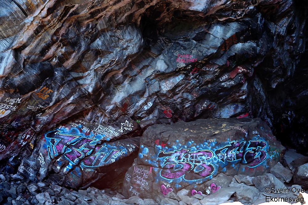 Grafitti i Skjonghelleren på Valderøya i Giske kommune.<br /> Foto: Svein Ove Ekornesvåg