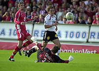Fotball, Eliteserien, 05 Juli 2004, Brann - Rosenborg, resultat 3-4, Odd Inge Olsen, Rosenborg, skårer her ett av målene til Rbk, etter en tabbe av Brann's Olafur Bjarnason.