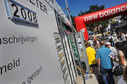 Nederland, Nijmegen, 14-7-2008Op de Wedren schrijven lopers zich in voor de tocht die morgen begint. Op de barometer wordt per dag bijgehouden hoeveel uitvallers en starters er zijn.Foto: Flip Franssen/Hollandse Hoogte