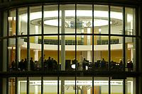 31 JAN 2002, BERLIN/GERMANY:<br /> Sitzungssaal von Aussen waehrend einer Sitzung des Innenausschusses zur sog. V-Mann-Affaere aufgrund derer das NPD Verbotsverfahren vor dem Bundesverfassungsgericht ausgesetzt wurde, Paul-Loebe-Haus, Deutscher Bundestag<br /> IMAGE: 20020131-01-011<br /> KEYWORDS: Innenausschuss, V-Mann-Affäre, Saal,
