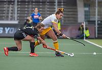 AMSTELVEEN -  Frederique Matla (DenBosch) met Charlotte Adegeest (Adam)  tijdens de halve finale wedstrijd dames EURO HOCKEY LEAGUE (EHL),  Amsterdam-HC Den Bosch. (1-1) Den Bosch wint shoot outs en plaats zich voor de finale.  COPYRIGHT  KOEN SUYK