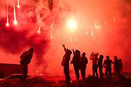 Espectadores de un espectáculo de fuegos artificiales.