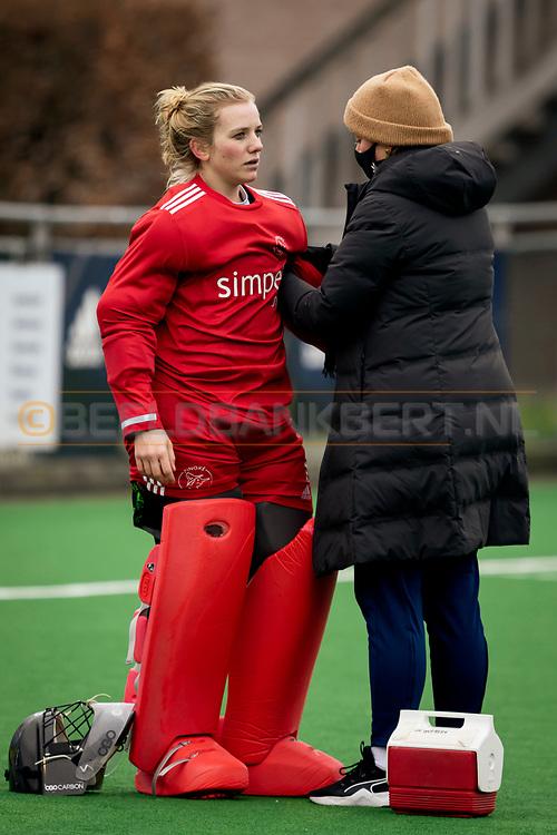 LAREN -  Hockey Hoofdklasse Dames: Laren v Pinoké, seizoen 2020-2021. Foto: Blessurebehandeling Kiki Gunneman 1 (Pinoké, keeper)