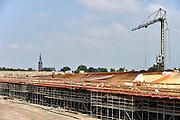 Nederland, Nijmegen, 10-7-2014Aan de overkant van de Waal bij Lent wordt druk gewerkt aan het creeren van een nevengeul in de rivier om bij hoogwater een betere waterafvoer te hebben. Het is een omvangrijk project waarbij onder meer de pijlers van het spoorviaduct een bredere basis moeten krijgen omdat die straks in de loop van het water staan. Ook de n325 die vanaf de Waalbrug naar Arnhem loopt moet over 400 meter opnieuw worden aangelegd omdat het talud vervangen wordt door pijlers. De weg wordt via een bypass omgeleid. Het dorp veurlent komt op een kunstmatig eiland te liggen. Inmiddels begint de nieuwe kade aan de noordkant van deze geul vorm te krijgen. Ruimte voor de rivier, water, waal. In de nieuwe dijk wordt een drempel gebouwd die stapsgewijs water doorlaat en bij hoogwater overloopt. Measures taken by Nijmegen to give the river Waal, Rhine, more space to flow during highwater and to prevent the risk of flooding.Room for the river. Reducing the level, waterlevel.Foto: Flip Franssen/Hollandse Hoogte