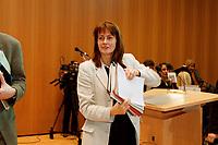 17 JAN 2000, BERLIN/GERMANY:<br /> Edelgard Bulmahn, SPD, Bundesbildungsministerin, mit Unterlagen nach einer Pressekonferenz zum Thema Bildungsinitiative, Willy-Brandt-Haus<br /> IMAGE: 20000117-01/02-18