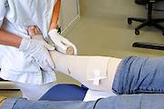 Nederland, Nijmegen, 14-4-2011Een speciale verpleegkundige die specialist is in wondverzorging, een wondverpleegkundige, verbindt het been van een vrouw in het ziekenhuis.Foto: Flip Franssen