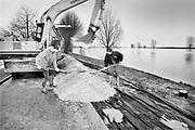 Nederland, Mook, 01-02-1995 Eind januari, begin februari 1995 steeg het water van de Rijn, Maas en Waal tot record hoogte van 16,64 m. bij Lobith. Een evacuatie van 250.000 mensen was noodzakelijk vanwege het gevaar voor dijkdoorbraak en overstroming. op verschillende zwakke punten werd geprobeerd de dijken te versterken met zandzakken. Hier een nooddijk langs de Maas. Foto: Flip Franssen/ Hollandse Hoogte