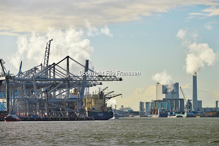 Nederland, the Netherlands, Rotterdam, 23-6-2017 Containeroverslag in de rotterdamse haven op de maasvlakte, bij de ECT terminal. Een schip  wordt gelost. Rechts de kolengestookte centrale van eon,e-on,elektriciteitscentrale,moderneFOTO: FLIP FRANSSEN