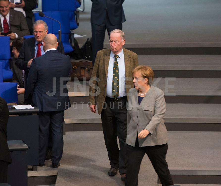 DEU, Deutschland, Germany, Berlin, 24.10.2017: Bundeskanzlerin Dr. Angela Merkel (CDU) und Alexander Gauland, Vorsitzender der Bundestagsfraktion der Partei Alternative für Deutschland (AfD), bei der konstituierenden Sitzung des 19. Deutschen Bundestags mit Wahl des Bundestagspräsidenten.