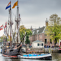 Nederland, Amsterdam, 17 oktober 2016.<br /> Halve Maen On Tour langs zes VOC-steden<br /> Nederlands enige zeilende 17e-eeuwse replica, de Halve Maen, gaat On Tour. In de herfstvakantie vaart de Halve Maen van Hoorn naar de VOC-steden Enkhuizen, Amsterdam, Middelburg, Delft (Delfshaven) en Rotterdam. Het schip blijft in iedere stad enkele dagen liggen en is voor het publiek gratis te bezichtigen. Daarnaast is er in iedere haven een door de lokale geschiedenis geïnspireerd programma. De tour start vrijdag 14 oktober in Hoorn en eindigt zondag 30 oktober in Rotterdam.<br /> Op de foto: De Halve Maen vaart via de Nieuwe Heregracht naar de Hermitage en meert daar aan waar het 2 dagen zal blijven liggen voordat het schip weer zal vertrekken.<br /> <br /> Netherlands, Amsterdam, October 17, 2016.<br /> 17th century sailing ship Halve Maen on tour along six VOC cities. In the autumn the Halve Maen sails from Hoorn to the VOC cities Enkhuizen, Amsterdam, Middelburg, Delft (Delfshaven) and Rotterdam. <br /> In the photo: The Half Moon sails through Nieuwe Herengracht  to the Hermitage in Amsterdam. <br /> <br /> Foto: Jean-Pierre Jans