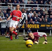 Fotball<br /> England 2004/2005<br /> Foto: SBI/Digitalsport<br /> NORWAY ONLY<br /> <br /> Newcastle United v Charlton Athletic, Barclays Premiership, 05/02/2005.<br /> <br /> Newcastle's Shola Ameobi looks on as his shot beats Dean Kiely buy also the far post.