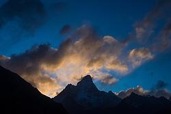 """THEMENBILD - Ama Dablam (6814 m) während des Sonnenaufgangs. Wanderung im Sagarmatha National Park in Nepal, in dem sich auch sein Namensgeber, der Mount Everest, befinden. In Nepali heißt der Everest Sagarmatha, was übersetzt """"Stirn des Himmels"""" bedeutet. Die Wanderung führte von Lukla über Namche Bazar und Gokyo bis ins Everest Base Camp und zum Gipfel des 6189m hohen Island Peak. Aufgenommen am 12.05.2018 in Nepal // Trekkingtour in the Sagarmatha National Park. Nepal on 2018/05/12. EXPA Pictures © 2018, PhotoCredit: EXPA/ Michael Gruber"""