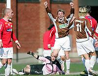 Fotball<br /> Tredjedivisjon<br /> 06.05.2006<br /> Mjøndalen v Jevnaker 5-2<br /> Foto: Morten Olsen - Digitalsport<br /> <br /> Glenn Hilleren jubler for scoring til MIF