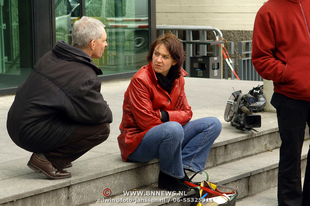 NLD/Amsterdam/20060330 - Rechtzaak Margarita Bourbon de Parma -  Edwin de Roy van Zuydewijn, pers staat buiten te wachten op de aankomst, media, fotografen, Lidwien Gevers