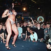 Big Boop contest Baja Rotterdam, deelneemster in bikini met litteken voor publiek