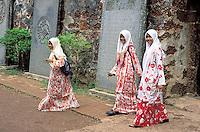 Malaisie, état de Malacca, Malacca, ruines de l'église Saint Paul, jeunes filles musulmanes voilées // Malaysia, Malacca state, Malacca, S. Paul church remain, student