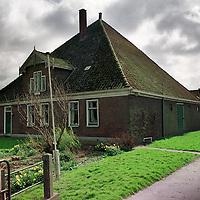 Nederland. Noordbeemster. 2 april 2003..Stolpwoning van Peter Timmerman. Stolpboerderij. Wonen.