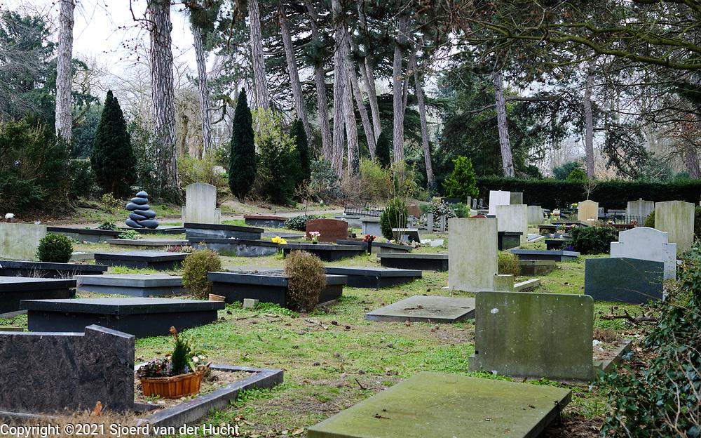 Nederland, Den Haag - 3 maart 2021: Algemene begraafplaats Kerkhoflaan. |  Netherlands, The Hague - March 3, 2021: Kerkhoflaan General Cemetery