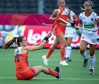 ANTWERPEN -  Lidewij Welten (Ned)  met rechts  Maria Tost (Esp) tijdens  hockeywedstrijd  dames, Nederland-Spanje,   bij het Europees kampioenschap hockey.   COPYRIGHT KOEN SUYK
