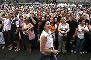 Torino, Gay Pride 2006: La gente ferma guarda sfilare i carri