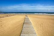 Spanje, Barbate, 9-5-2010Een plankier loopt over het strand naar de zee.Foto: Flip Franssen