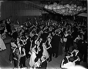 22/11/1958<br /> 11/22/1958<br /> 22 November 1958<br /> Irish Shell staff dance at the Shelbourne Hotel, Dublin.View of the dance floor and band.