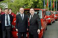 """26.04.1999, Deutschland/Bonn:<br /> Ottmar Schreiner, SPD Bundesgeschäftsführer, Klaus Hänsch, MdEP und SPD Spitzenkandidat zur Europawahl, und Gerhard Schröder, SPD Parteivorsitzender und Bundeskanzer, vor dem Start der """"Roten Busse"""" der SPD für den Europawahlkampf, Funktionskonferenz der SPD,  Stadthalle Bonn-Bad Godesberg<br /> IMAGE: 19990426-01/03-04<br /> KEYWORDS: Klaus Haensch, Gerhard Schroeder"""