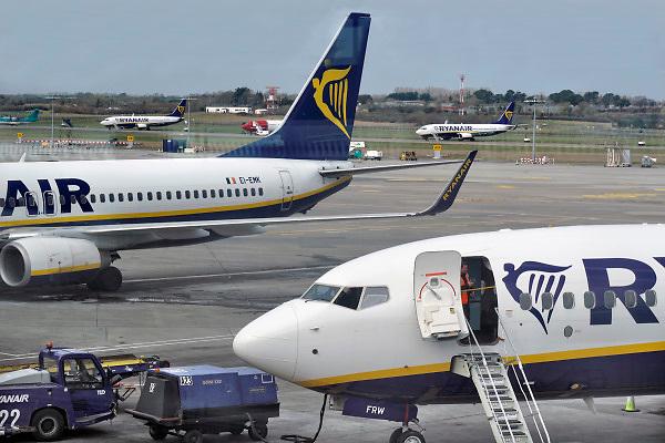 Ierland, Ireland, Dublin, 27-3-2018 Vliegtuigen van Ryanair op het platform van het vliegveld van Dublin . Foto: Flip Franssen