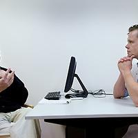Nederland, Amsterdam , 13 mei 2014.<br /> hoofd/halschirurg Stijn van Weert in gesprek met patient Dhr. Tuinder<br /> Foto:Jean-Pierre Jans
