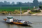 """Nederland, Dieren, 6-10-2005..Het veerpontje """"steeds voorwaarts"""" tussen Dieren en Olburgen. De veerpont heeft het steeds moeilijker omdat vervanging van de oude vaartuigen te duur is. Pont, pontveer, rivier oversteken zonder brug. Veerman, verdwijnend beroep, infrastruktuur, infrastructuur, vaarwegen. Overheidssteun, openbaar vervoer...Foto: Flip Franssen/Hollandse Hoogte"""