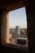 KALTA - Guyok- minaret in the old city . view from the citadel KUNYA ARK  KHIVA  Ouzbekistan  .///.Kalta -Guyok - minaret dans la vieille ville vue depuis la citadelle KUNYA ARK  KHIVA  Ouzbekistan .///.OUZB56328