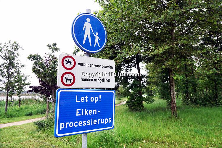 Nederland, Valburg, 29-6-2019Bij een recreatiegebied staat een  waarschuwingsbord tegen de eikenprocessierups .Foto: Flip Franssen