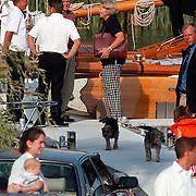 Aankomst Beatrix in haven Muiden met Groene Draeck, Koninging met bemanning en honden