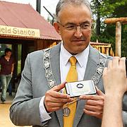 NLD/Rotterdam/20150626 - Paul de Leeuw opent nieuwe leeuwenverblijf Diergaarde Blijdorp, Burgemeester Aboutaleb met een veiligheidssticker van The White House