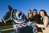 Miki Wajima tillsammans med sin make och dottern Risa vid den stora dalahästen i Sweden Hills, Japan.