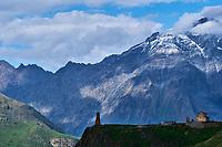 Georgie, Caucase, Stephantsminda, Kazbegi, Eglise sur une coline // Georgia,  Caucasus, Stephantsminda, Kazbegi, Church