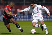 Fotball<br /> Nice v Lyon<br /> 27. mars 2004<br /> Foto: Digitalsport<br /> Norway Only<br /> <br /> GIOVANE ELBER (LYON) / NOE PAMAROT (NICE) *** Local Caption *** 40001097