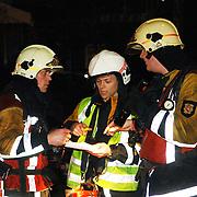NLD/Huizen/20060310 - Uitslaande brand leegstaand pand de Boketorren Hermelijn Huizen, overleg officieren