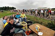 Nederland, Nijmegen, 21-7-2005<br /> Vierdaagse, 4daagse. Zevenheuvelenweg. Derde, Groesbeek dag. Wandelen, wandelsport, recreatie, conditie, bewegen, beweging, lopen. Jongeren bekijken de wandelaars met een krat pils, bier, vanaf een boerenkar.<br /> Foto: Flip Franssen/Hollandse Hoogte