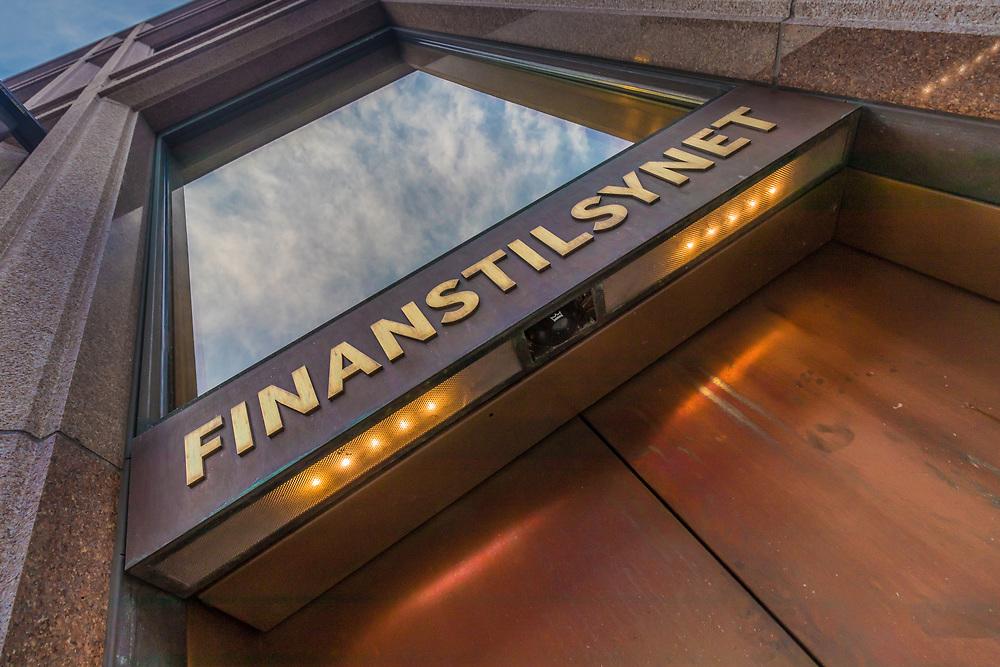 Skilting ved inngangspartiet til Finanstilsynet, som holder til i Revierstredet 3 i Oslo. Finanstilsynet er en norsk statlig etat som fører tilsyn med foretak og markeder for å bidra til finansiell stabilitet og fungerende markeder. Tilsynet er underlagt Finansdepartementet.
