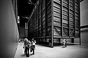 """Londyn, 2009-10-23. """"How it is"""" - instalacja Mirosława Bałki w jednej z najbardziej prestiżowych galerii na świecie: londyńskiej Tatae Modern."""