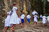 Sri Lanka, province de l'Uva, Buduruwagala, statue de Bouddha sculptée dans la roche, ecoliers en visite // Sri Lanka, Ceylon, Central Province, Buduruwagala, Buddhist Rock Temple, Buddhist statues carved in a rock as rock relief, school children